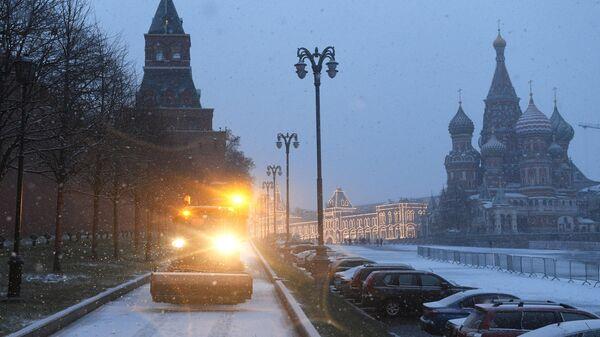 Уборочная машина на Васильевском спуске в Москве