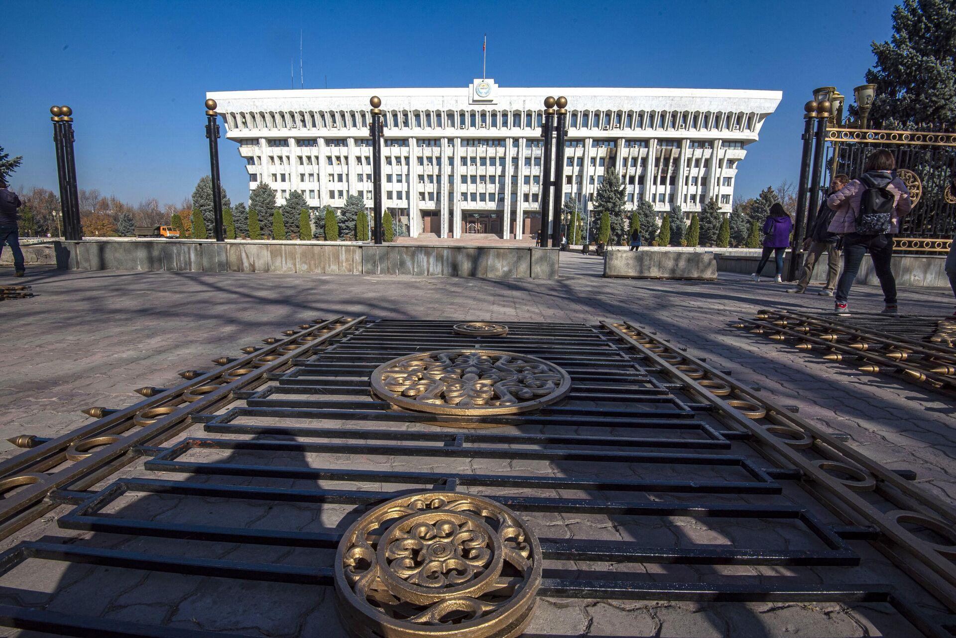 Секции ограды у здания парламента Киргизии в Бишкеке - ПРОФИ Новости, 1920, 20.11.2020