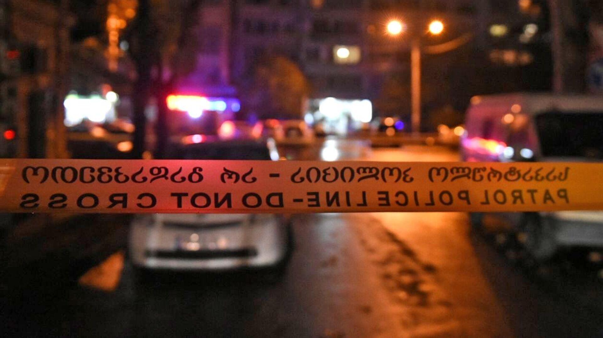 Оцепление на проспекте Церетели в Тбилиси, где вооруженный мужчина, который ворвался в офис микрофинансовой организации, удерживает в заложниках девять человек - РИА Новости, 1920, 21.11.2020