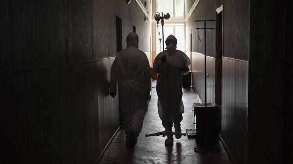 Медицинские работники в ковидном госпитале