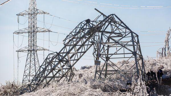 Демонтаж одной из повалившейся ЛЭП в городе Владивостоке