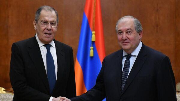 Министр иностранных дел РФ Сергей Лавров и президент Армении Армен Саркисян во время встречи в Ереване