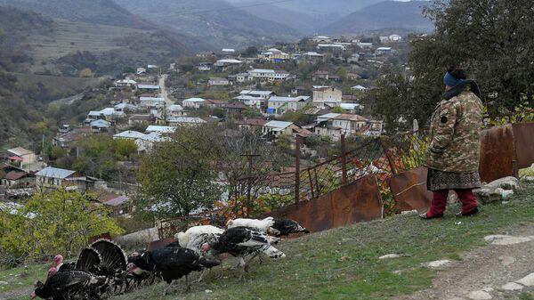 Женщина в городе Аскеран в Нагорном Карабахе