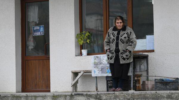 Местная жительница в городе Аскеран в Нагорном Карабахе