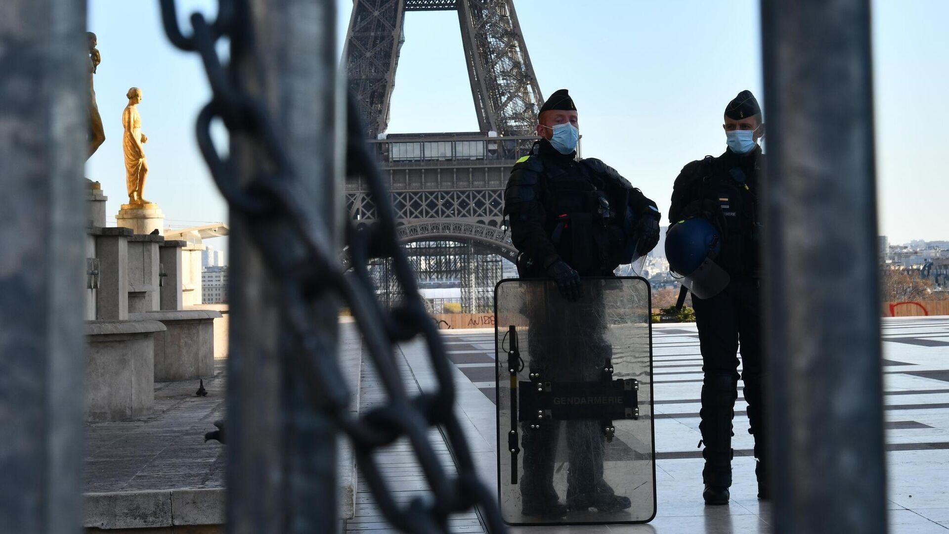 Сотрудники полиции во время акции протеста в Париже против внесения поправки к закону О национальной безопасности - РИА Новости, 1920, 25.01.2021