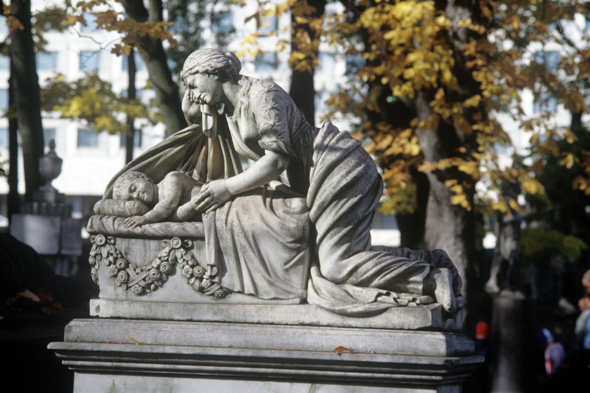 Скульптура женщины с младенцем - могильное надгробие в некрополе Александро-Невской Лавры в Санкт-Петербурге - РИА Новости, 1920, 23.11.2020