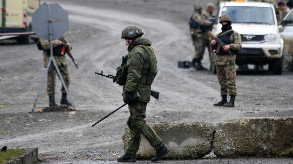 Блокпосты российских миротворцев и азербайджанских военных на въезде в город Шуша