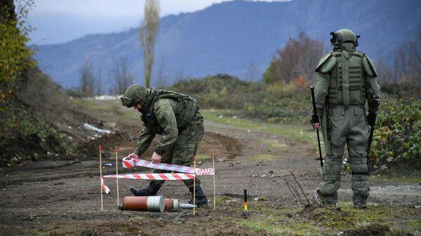 Специалисты противоминного центра Минобороны РФ во время выполнения задач по инженерной разведке, разминированию местности, дорог и объектов в Карабахе