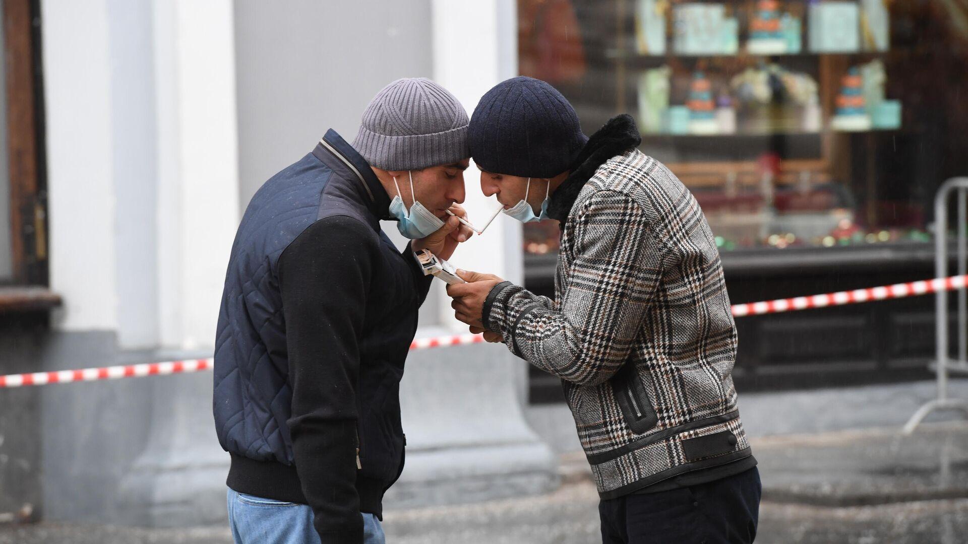 Мужчины в защитных масках на одной из улиц в Москве - РИА Новости, 1920, 15.04.2021