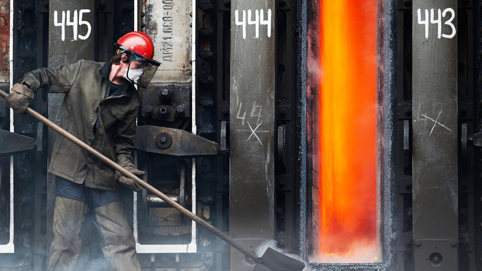 Рабочий у коксовой батареи  - РИА Новости, 1920, 07.04.2021