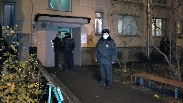 Сотрудники полиции у подъезда жилого дома в Колпино, где мужчина удерживал детей в заложниках