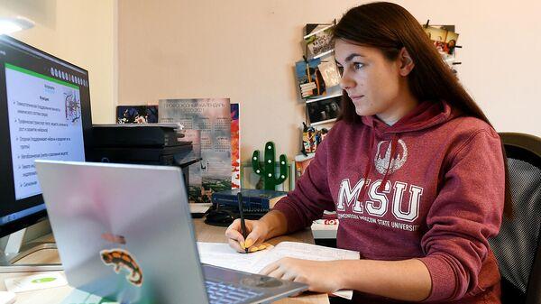 Студентка Московского государственного университета имени М. В. Ломоносова на удаленном обучении у себя дома