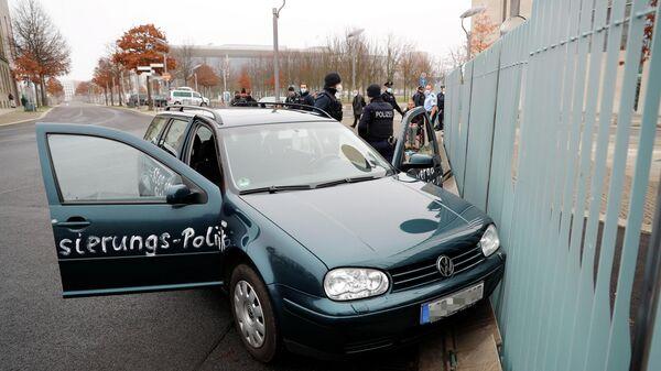 Автомобиль врезался в ворота офиса Ангелы Меркель в центре Берлина