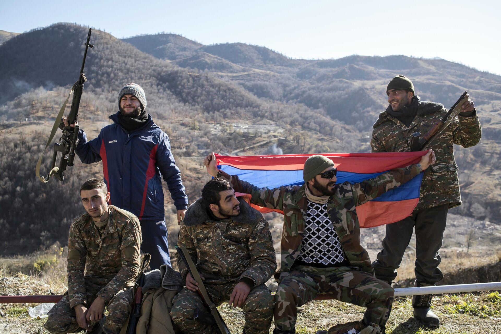 Вооруженные мужчины с флагом Армении в Кельбаджарском районе Нагорного Карабаха накануне передачи Азербайджану - РИА Новости, 1920, 06.04.2021