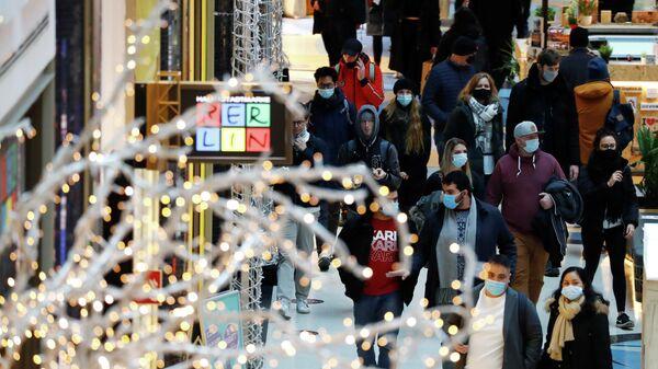 Посетители торгового центра в Берлине, Германия