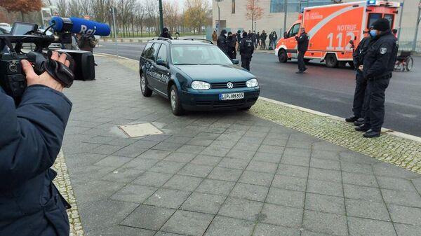 Автомобиль, который врезался в ограждение офиса федерального канцлера Германии Ангелы Меркель в Берлине