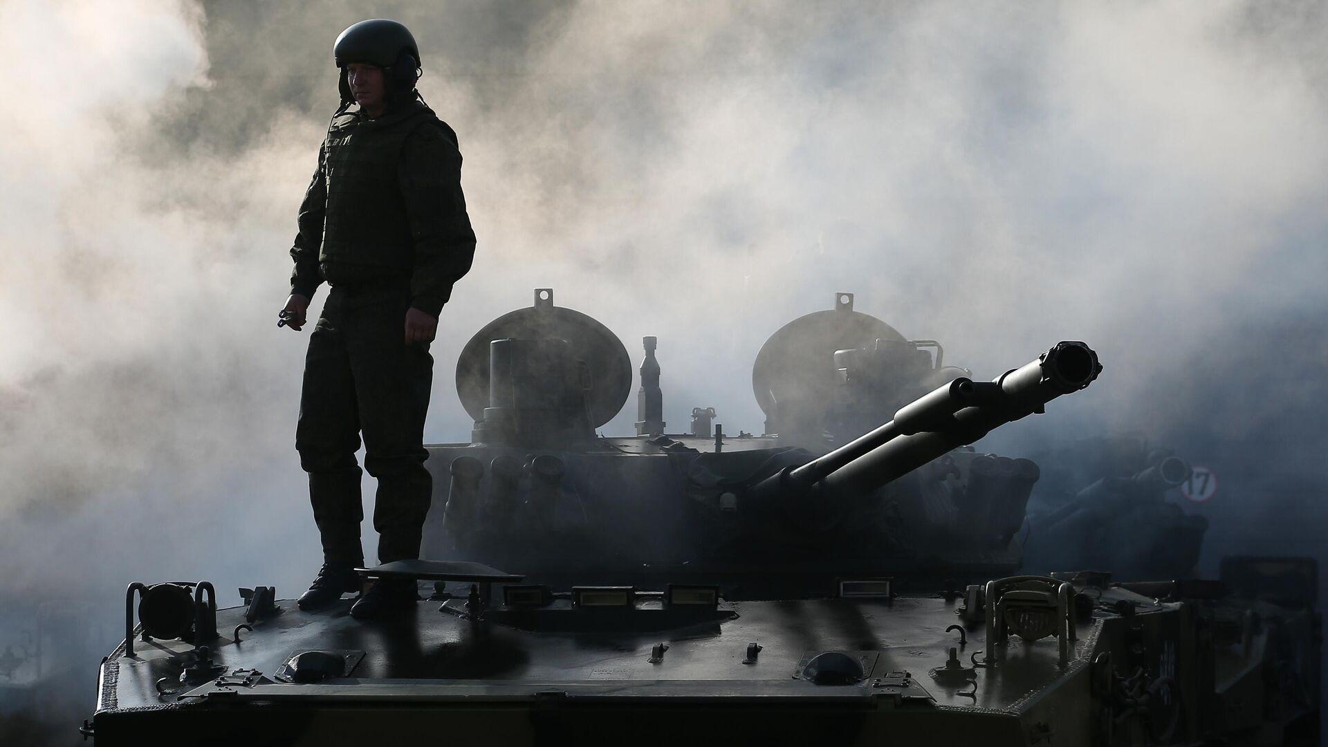 Военнослужащий на церемонии передачи новых боевых машин десанта БМД-4М и бронетранспортеров БТР-МДМ Ракушка на вооружение ВДВ - РИА Новости, 1920, 25.03.2021