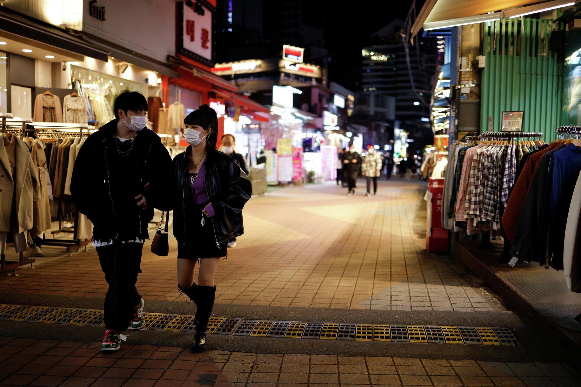 Прохожие на опустевшей торговой улице в Сеуле, Южная Корея  - РИА Новости, 1920, 25.11.2020