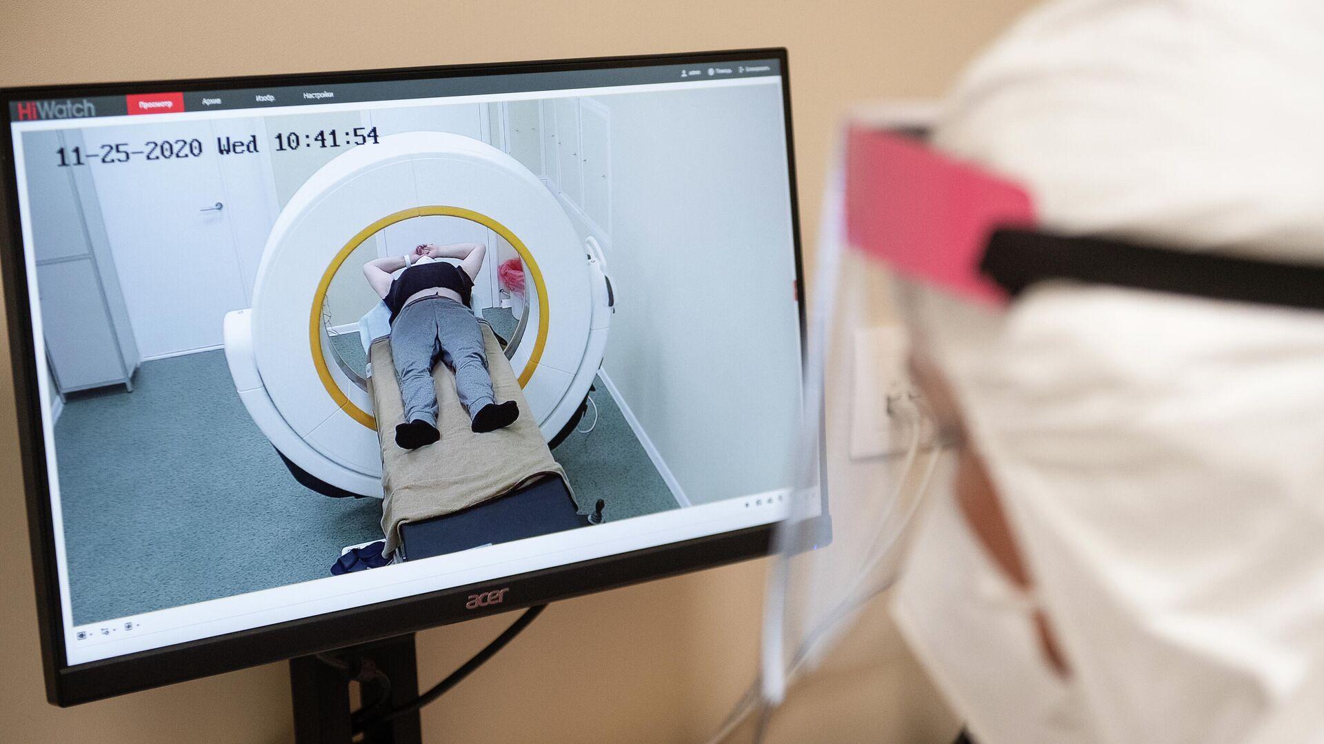 Врач проводит обследование пациента на аппарате компьютерной томографии во временном госпитале для пациентов с COVID-19, развернутом в ледовом дворце Крылатское - РИА Новости, 1920, 05.08.2021