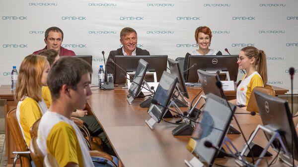Участники пресс-конференции по случаю премьеры реалити-сериала Посмотрим в Орленке