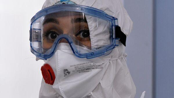 Медицинский работник в амбулаторном центре диагностики пациентов с подозрением на коронавирус