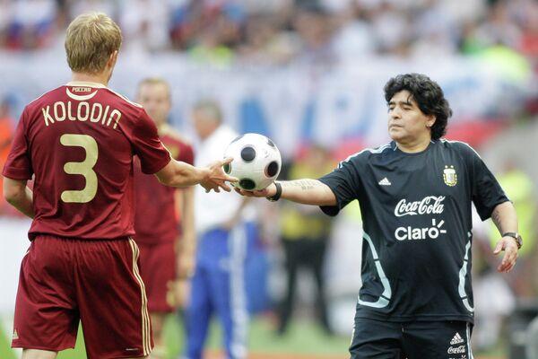 Главный тренер сборной Аргентины Диего Марадона (справа)