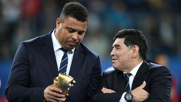 Бразильский футболист Роналдо (слева) и аргентинский футболист Диего Марадона