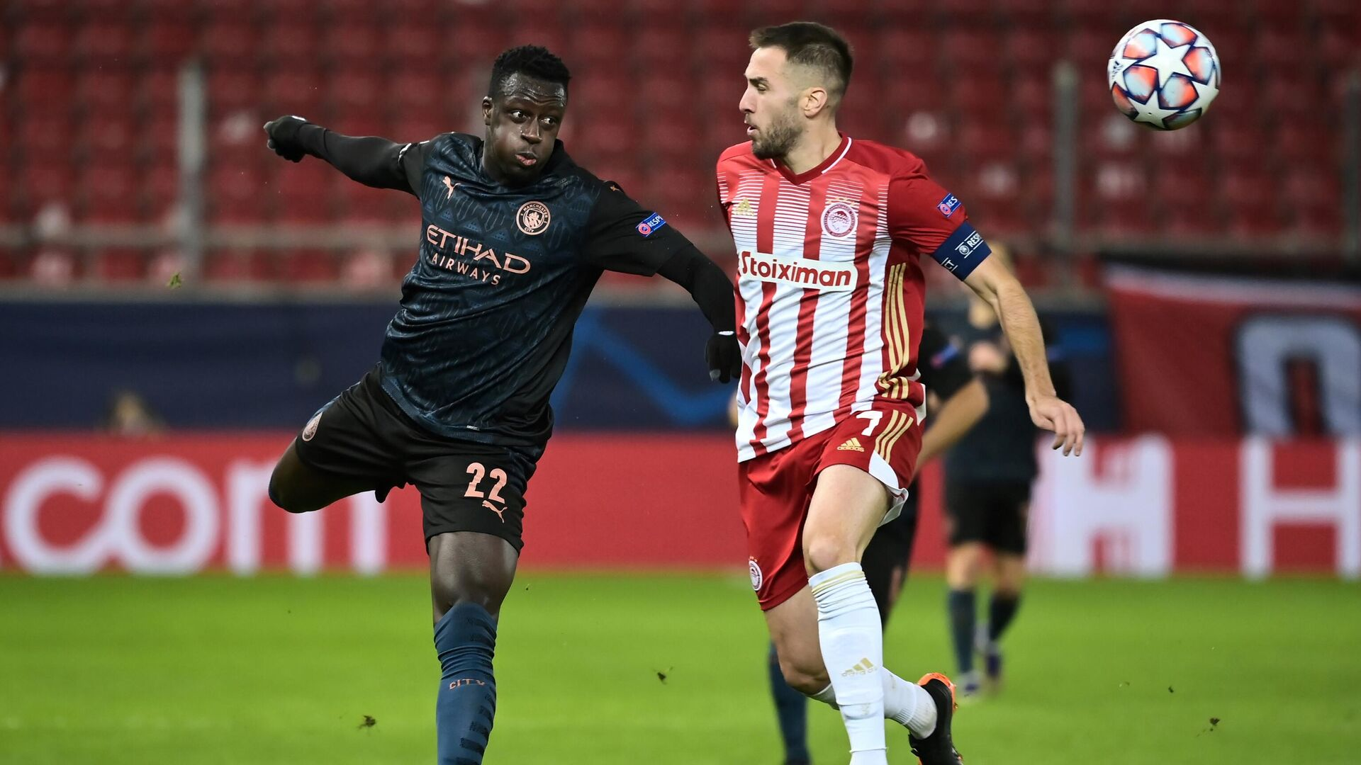 Manchester City's French defender Benjamin Mendy (L) fights for the ball with Olympiakos' Greek midfielder Kostas Fortounis during the UEFA Champions League group stage football match between Olympiakos and Manchester City, on November 25, 2020 at Georgios-Karaiskakis stadium in Piraeus, near Athens. (Photo by ARIS MESSINIS / AFP) - РИА Новости, 1920, 25.11.2020