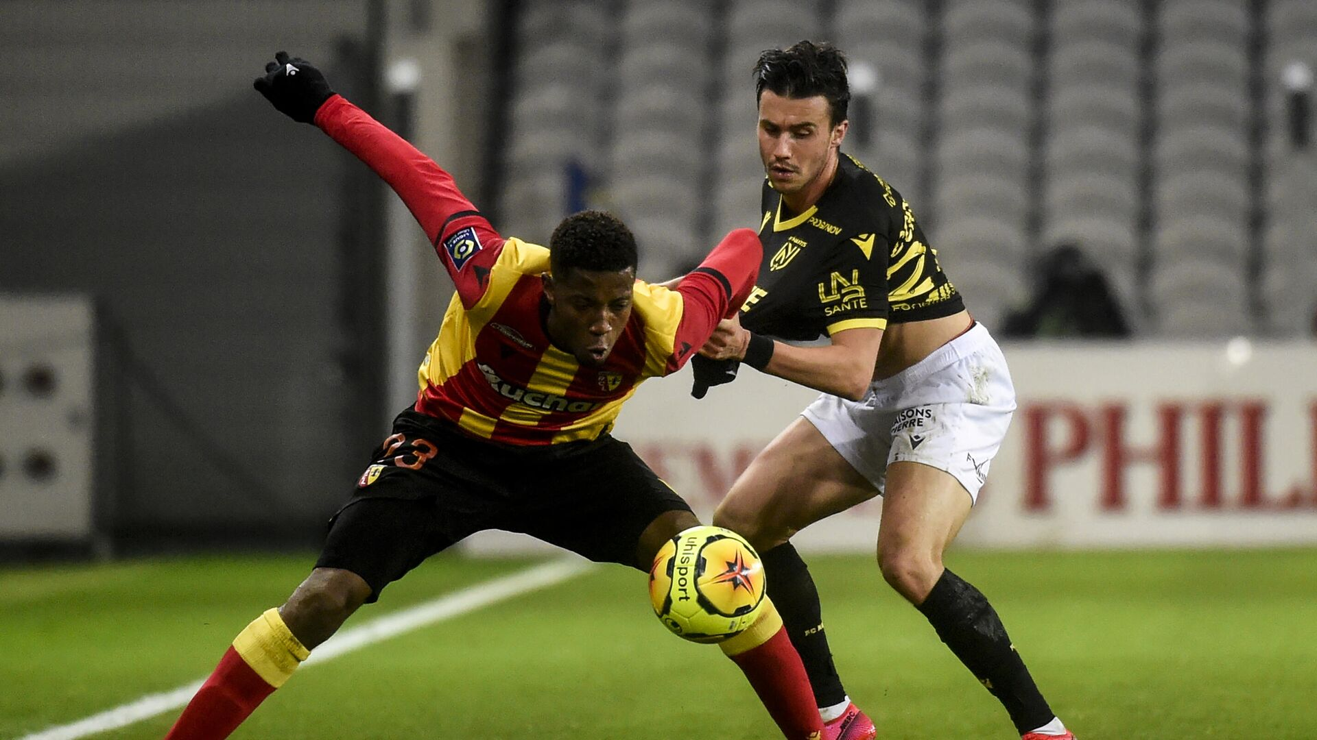 Lens' French forward Simon Banza (L) fights for the ball with Nantes' French midfielder Ludovic Blas during the French L1 football match between RC Lens and FC Nantes at the Bollaert Stadium in Lens, on November 25, 2020. (Photo by FRANCOIS LO PRESTI / AFP) - РИА Новости, 1920, 25.11.2020