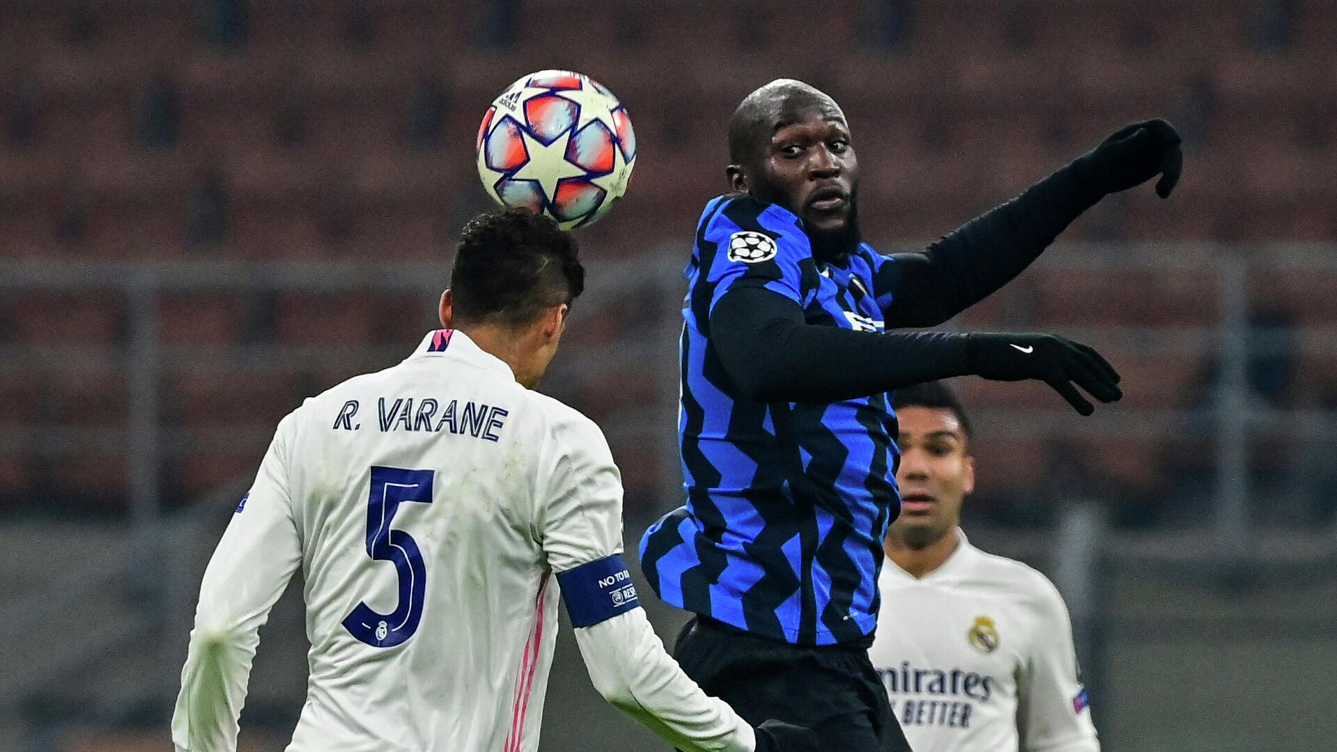 Real Madrid's French defender Raphael Varane (L) and Inter Milan's Belgian forward Romelu Lukaku go for a header during the UEFA Champions League Group B football match Inter Milan vs Real Madrid on November 25, 2020 at the Giuseppe-Meazza (San Siro) stadium in Milan. (Photo by MIGUEL MEDINA / AFP) - РИА Новости, 1920, 26.11.2020