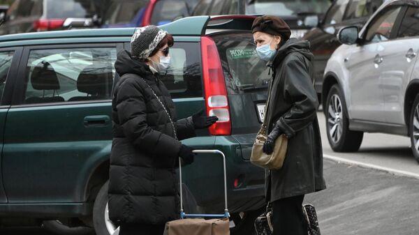 Женщины в защитных масках на улице Гарибальди в Москве
