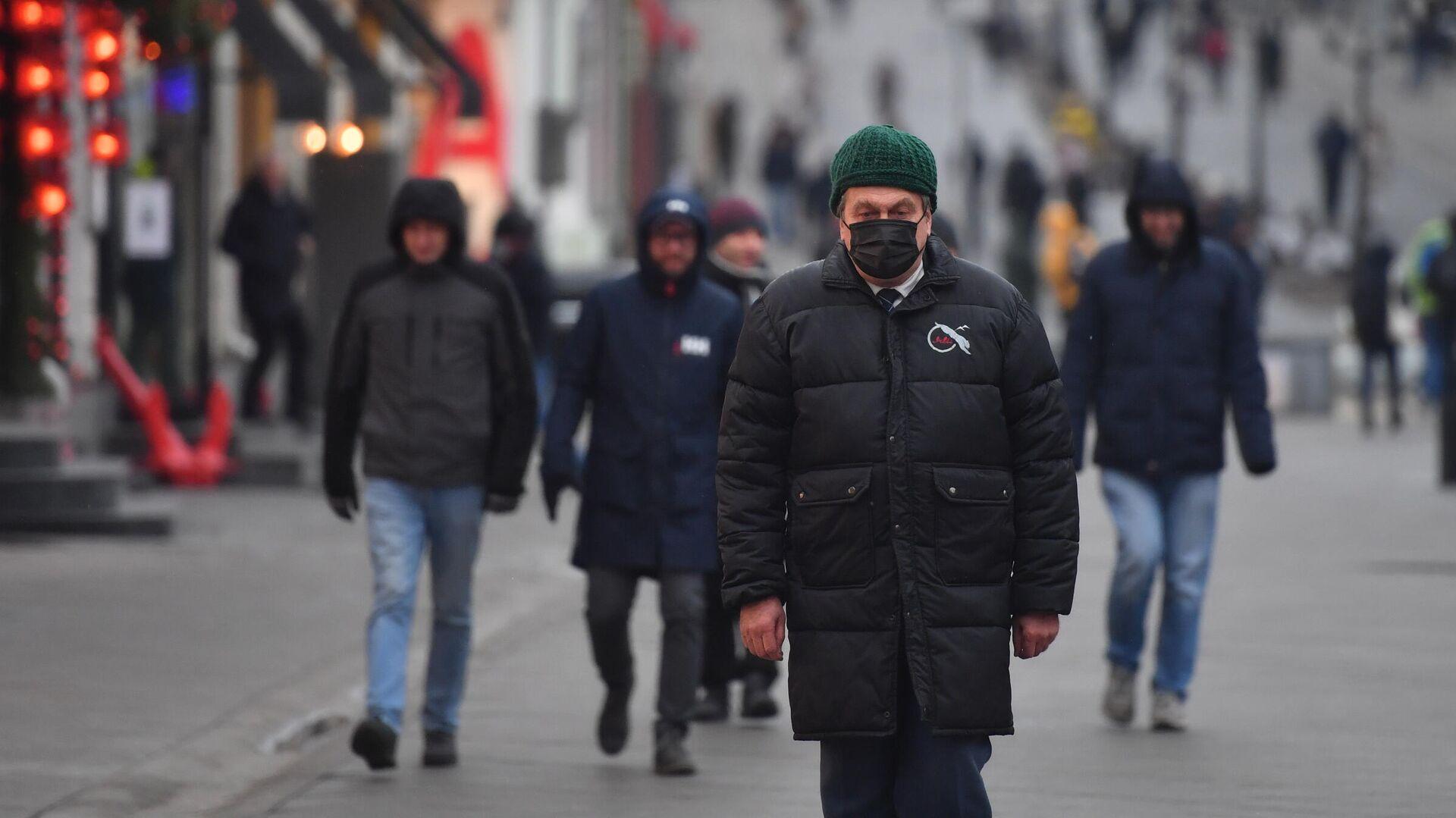 Прохожие в защитных масках на улице в Москве - РИА Новости, 1920, 27.11.2020