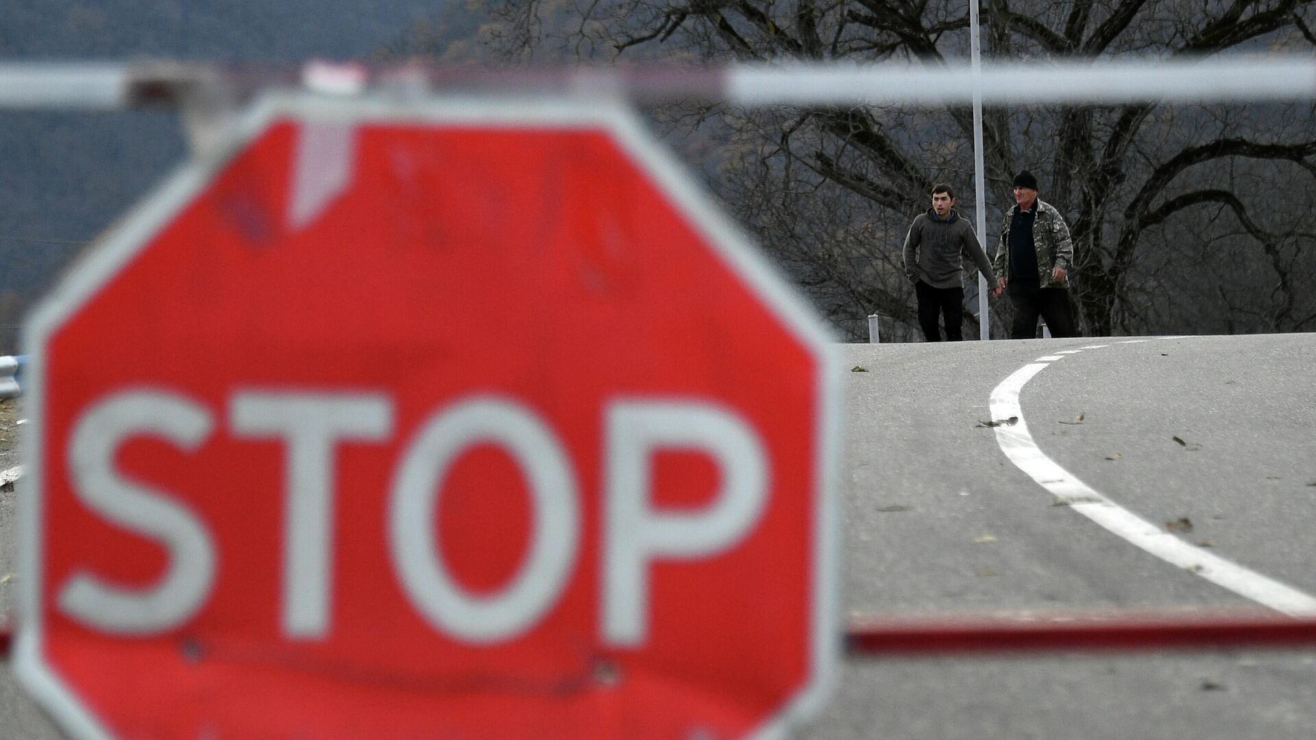 Люди неподалеку от контрольно-пропускного пункта на автомобильной дороге Варденис-Мартуни у населенного пункта Гетаван, Азербайджан - РИА Новости, 1920, 08.06.2021