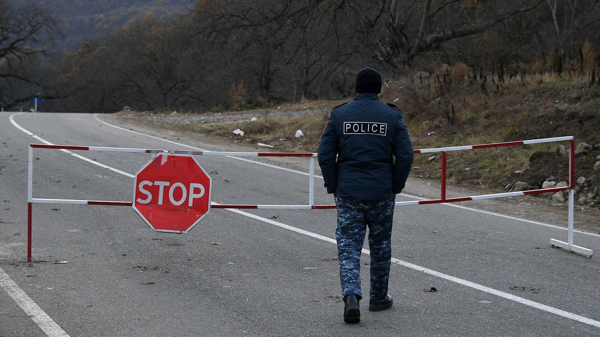 Полицейский возле контрольно-пропускного пункта на автомобильной дороге Варденис-Мартуни у населенного пункта Гетаван, Азербайджан - РИА Новости, 1920, 27.06.2021