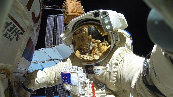 Космонавт Роскосмоса Сергей Кудь-Сверчков во время выхода в открытый космос