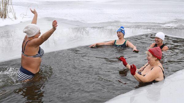 Члены клуба закаливания во время открытия сезона зимнего купания на озере Блюдце в Новосибирске