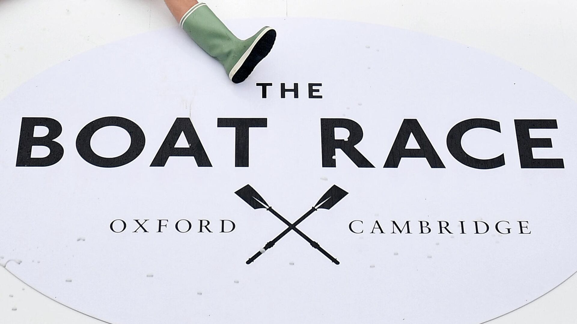 Beside the branding, members of all the Cambridge boat crews celebrate together after Cambridge win all the races on the day of the 165th annual men's boat race between Oxford University and Cambridge University on the River Thames in London on April 7, 2019. (Photo by Daniel LEAL-OLIVAS / AFP) - РИА Новости, 1920, 26.11.2020
