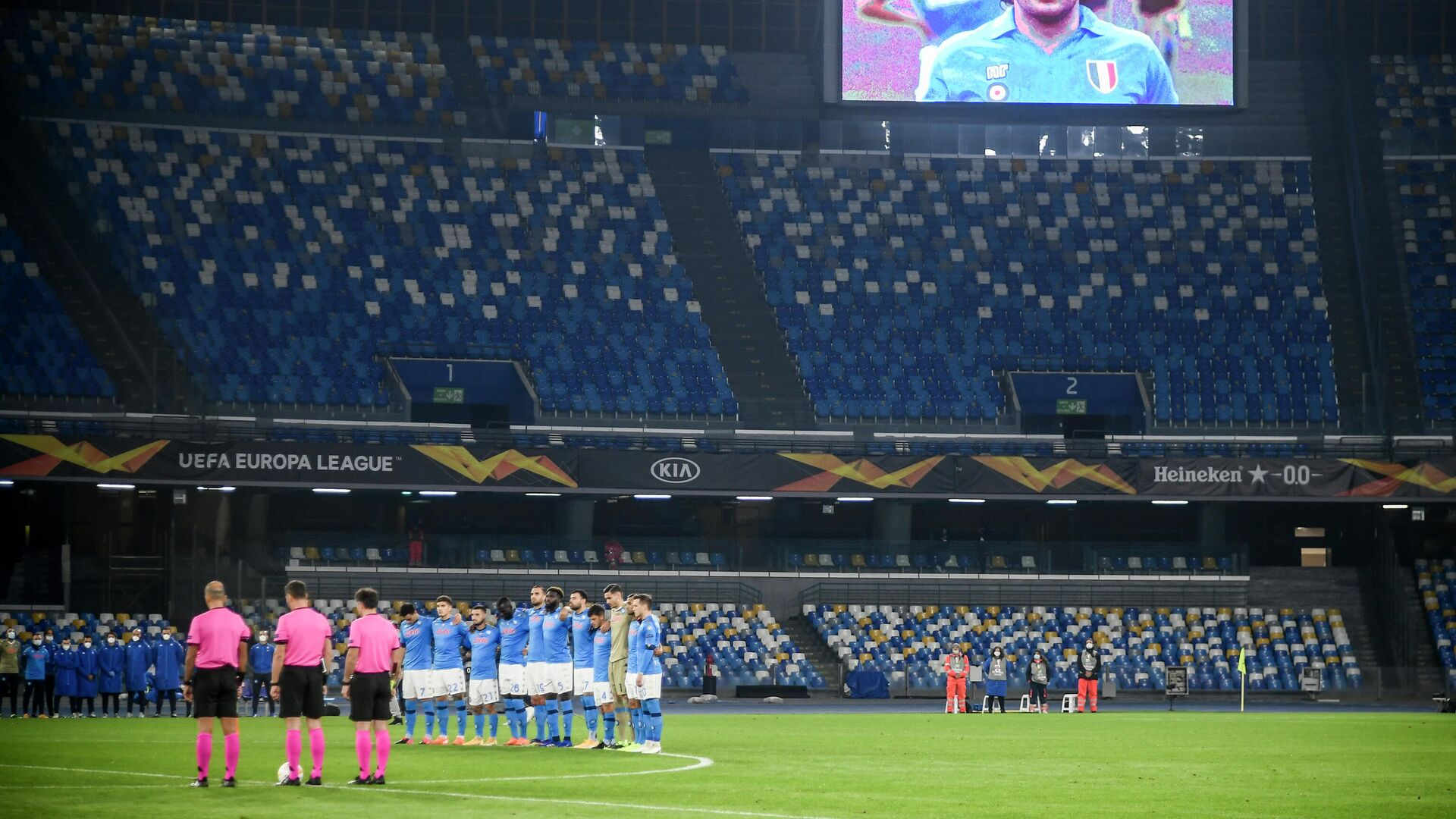 A screen displays a photo of late Argentinian football legend Diego Maradona as players hold a minute of silence in homage to Maradona prior to the UEFA Europe League Group F football match Napoli vs Rijeka on November 26, 2020 at the San Paolo stadium in Naples. - Maradona, widely remembered for his Hand of God goal against England in the 1986 World Cup quarter-finals, died on November 25, 2020 of a heart attack at his home near Buenos Aires in Argentina, while recovering from surgery to remove a blood clot on his brain. (Photo by Filippo MONTEFORTE / AFP) - РИА Новости, 1920, 26.11.2020