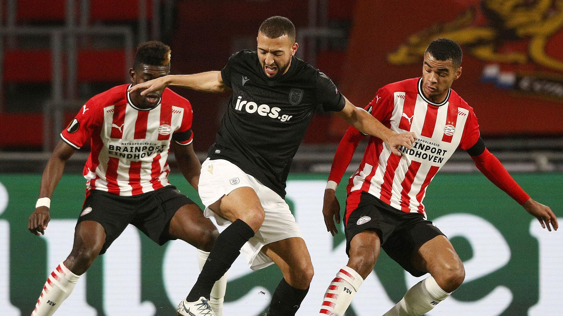 PAOK FC's Belgian midfielder Omar El Kaddouri (C) fights for the ball with PSV Eindhoven's Ivorian midfielder Ibrahim Sangare (L) and PSV Eindhoven's Dutch forward Cody Gakpo (R) during the UEFA Europa League group E football match between PSV Eindhoven and PAOK FC Saloniki at the PSV stadium on November 26, 2020 in Eindhoven. (Photo by Olaf KRAAK / ANP / AFP) / Netherlands OUT - РИА Новости, 1920, 27.11.2020