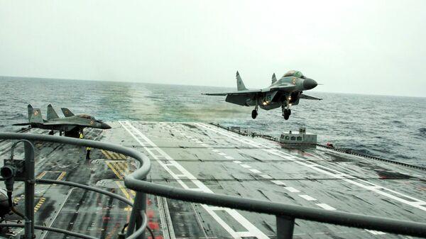 Cамолет Военно-морских сил Индии МиГ-29К приземляется на авианосец Викрамадитья
