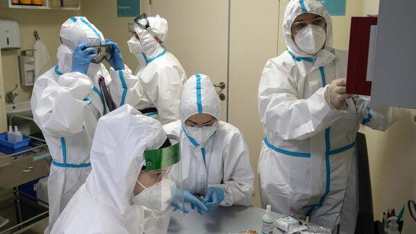 Медицинские работники в отделении реанимации и интенсивной терапии в госпитале COVID-19 в городской клинической больнице № 52 в Москве