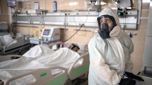 Медицинские работники в приемном отделении госпиталя COVID-19