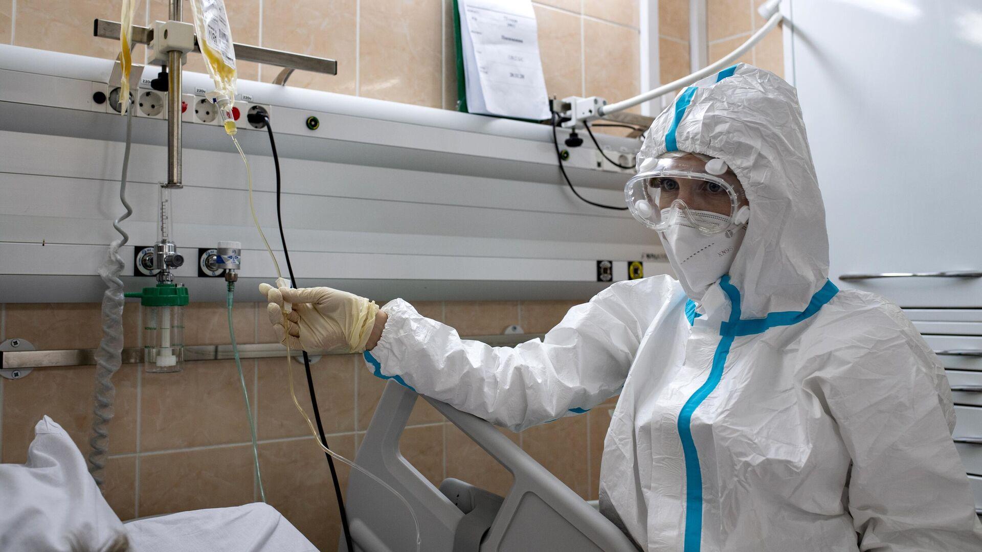 Медицинский работник  в отделении реанимации и интенсивной терапии в госпитале COVID-19 в городской клинической больнице № 52 в Москве - РИА Новости, 1920, 03.12.2020