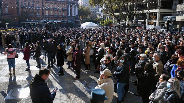 Участники акции на площади Шарля Азнавура в Ереване с требованием возвращения военнопленных и тел погибших в Карабахе военнослужащих