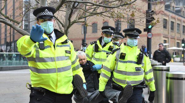 Полиция задерживает протестующего против мер по борьбе с коронавирусом у Кингс-Кросс-Сент-Панкрас в Лондоне
