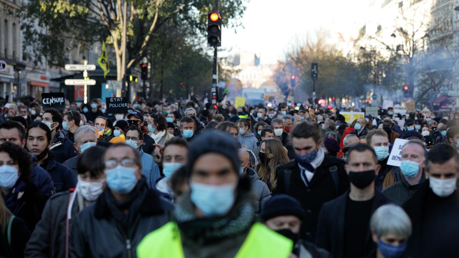 Участники акции протеста против закона о запрете на распространение изображений полицейских в Париже - РИА Новости, 1920, 28.11.2020