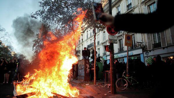 Во время демонстрации против Закона о глобальной безопасности в Париже