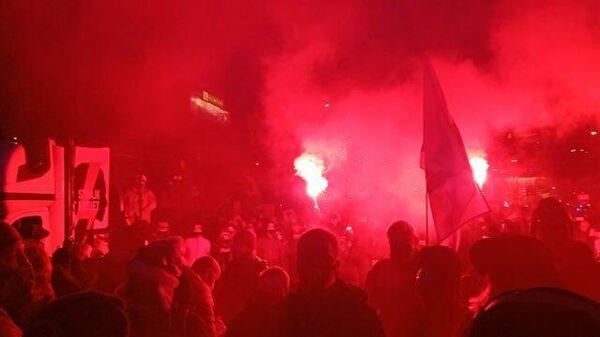 Файеры и флаги. Кадры беспорядков на акции протеста в Варшаве