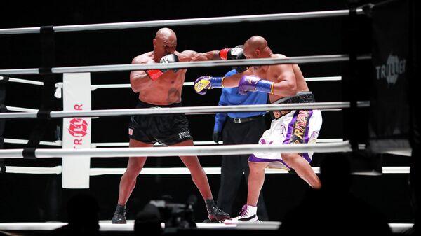 Показательный боксерский поединок между Майком Тайсоном и Роем Джонсом-младшим