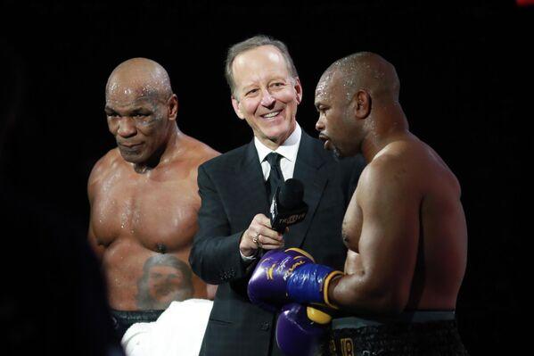 Американские боксеры Майк Тайсон и Рой Джонс-младший после боя